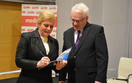 Budući da Milanovićev kandidat Josipović nema nikakav program, buduća predsjednica mu je darovala i potpisala svoj - Za bolju Hrvatsku!