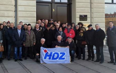 Nakon duge vožnje autobusom - Hrvati iz Švedske ispred biračkog mjesta u Danskoj