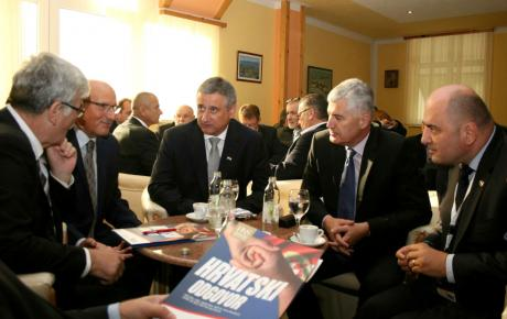 Vodstvo naše stranke u razgovoru s predsjednikom HDZ-a BiH Draganom Čovićem (desno) i veleposlanikom RH Ivanom Del Vecchiom