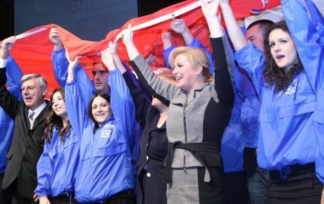 Buduća predsjednica - uvijek okružena mladima!
