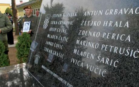 Spomenik 12-orici mučki ubijenih redarstvenika u Borovu Selu